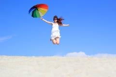 Bekymmerslös flicka med regnbågeparaplyet Arkivfoton