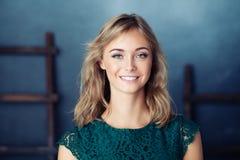 Bekymmerslös gullig ung kvinna lycklig flicka royaltyfri fotografi