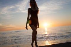 Bekymmerslös kvinna på stranden arkivfoto