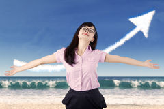 Bekymmerslös kvinna som firar hennes framgång på stranden royaltyfri fotografi