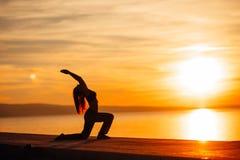 Bekymmerslös kvinna som mediterar i natur Finna inre fred Man att göra hälften som viker i sittande lotusblommapos Andlig läka li Arkivfoton