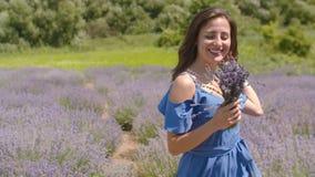 Bekymmerslös kvinna som tycker om liv i lavendelfält arkivfilmer