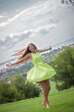 Bekymmerslös kvinnadans i sommar Arkivbild