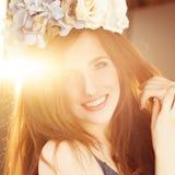 Bekymmerslös lycklig kvinna i solljus Royaltyfri Fotografi