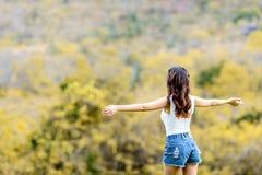 Bekymmerslös lycklig kvinna i vår eller sommar Arkivbild