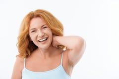 Bekymmerslös medelålders dam som uttrycker positiva sinnesrörelser arkivfoto