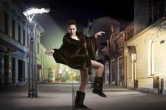 Bekymmerslös modekvinnadans på gatan royaltyfri bild
