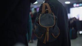 Bekymmerslös pendlare på det väntande drevet för järnvägsstation, risk av att pickpocketing som är brotts- lager videofilmer