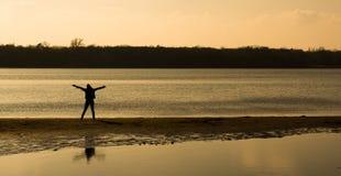 Bekymmerslös person på stranden Royaltyfria Foton