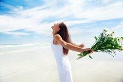 Bekymmerslös strandkvinna royaltyfria foton