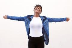 Bekymmerslös ung kvinna med utsträckta armar fotografering för bildbyråer