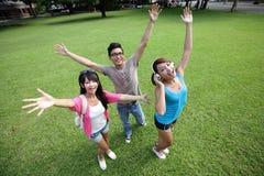 Bekymmerslösa lyckliga högskolestudenter Royaltyfria Foton