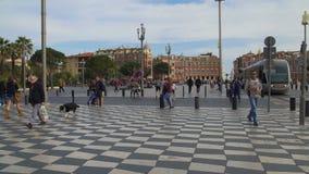 Bekymmerslösa turister och lokaler som strosar längs mosaiktrottoar av Massena, kvadrerar lager videofilmer