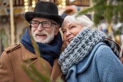 Bekymmerslöst moget älska skratta för par som är utomhus- royaltyfri bild