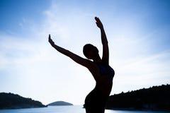Bekymmerslös kvinnadans Sund uppehälle för semestervitalitet Fri kvinna som omfamnar solskenet som tycker om fred, serenitet i na Royaltyfri Foto