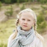Bekymmerslös liten flicka utomhus Arkivbild
