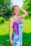 Bekymmerslös ung blond kvinna Arkivfoto