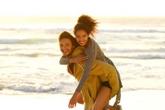 Bekymmerslösa par som tycker om stranden Royaltyfria Foton