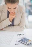 Bekymrad affärskvinna som arbetar med dokument Arkivbilder