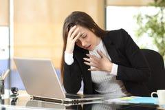 Bekymrad affärskvinna som lider en ångestattack royaltyfria bilder