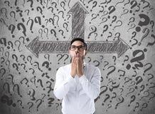Bekymrad affärsman som söker efter affärslösningen royaltyfri bild