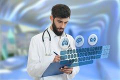 Bekymrad barndoktor med den hållande paperclipen för skägg med medicinska symboler i bakgrund Arkivbilder
