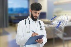 Bekymrad barndoktor med den hållande paperclipen för skägg med medicinska symboler i bakgrund Royaltyfri Foto