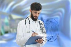 Bekymrad barndoktor med den hållande paperclipen för skägg med medicinska symboler i bakgrund Arkivbild