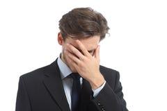 Bekymrad eller skamsen man som täcker hans framsida med handen Royaltyfri Fotografi