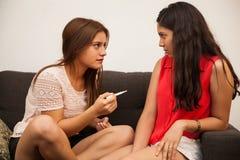 Bekymrad flicka med graviditetstestet Royaltyfri Fotografi
