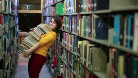 Bekymrad flicka som söker för böcker lager videofilmer