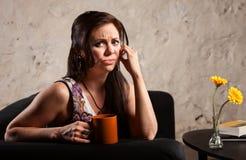 Bekymrad kvinna med koppen Arkivfoton