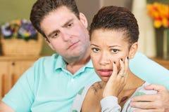 Bekymrad kvinna med maken Royaltyfri Bild