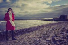 Bekymrad kvinna på stranden arkivbild