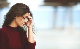 Bekymrad kvinna på stranden Fotografering för Bildbyråer