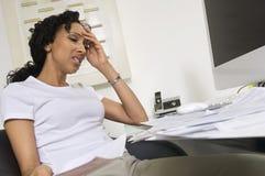 Bekymrad kvinna som gör finanser Arkivfoto