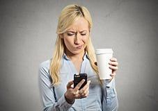Bekymrad läs- nyheterna för affärskvinna på smartphonen fotografering för bildbyråer