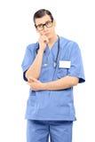Bekymrad manlig doktor som isoleras på vit bakgrund Royaltyfri Foto