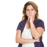 Bekymrad och ledsen kvinna som isoleras på vit Royaltyfri Fotografi
