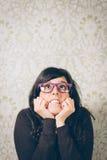 Bekymrad och nervös kvinna på problem Arkivfoto