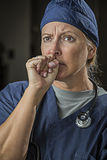 Bekymrad seende kvinnlig doktor eller sjuksköterska Royaltyfri Bild