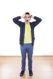 Bekymrad stressad man som skriker med händer på hans huvud arkivbild
