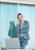 Bekymrad talande mobiltelefon för affärskvinna Royaltyfri Fotografi