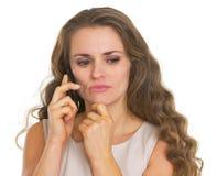 Bekymrad talande mobiltelefon för ung kvinna Arkivbild