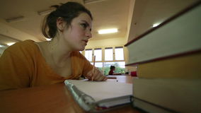 Bekymrad ung flicka som arbetar i arkiv stock video