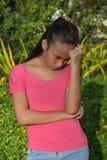 Bekymrad ungdomlig asiatisk flicka royaltyfri foto
