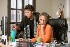 Bekymrade kvinnor i ett id?rikt kontor arkivfoto