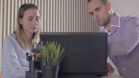 Bekymrat affärsfolk i regeringsställning med bärbara datorn och dokument lager videofilmer
