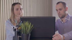 Bekymrat affärsfolk i regeringsställning med bärbara datorn och dokument stock video