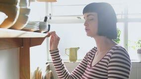Bekymrat kvinnaanseende i kök 4k arkivfilmer